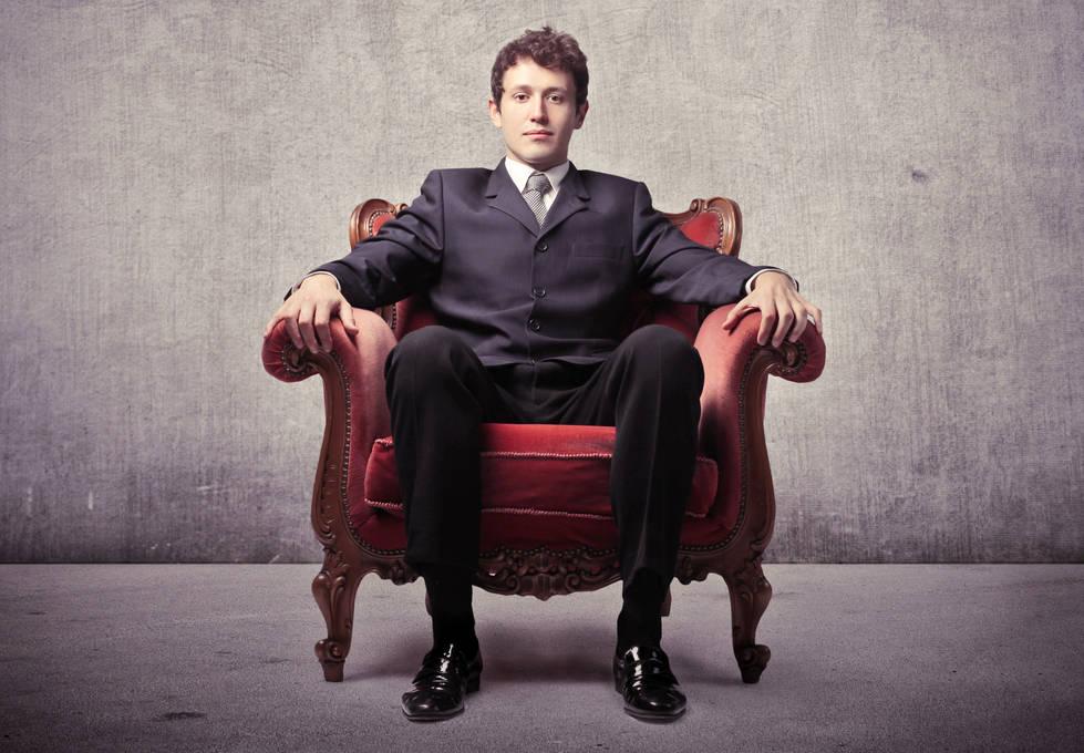уже модный мужчина на кресле сидит фото радостным выражением